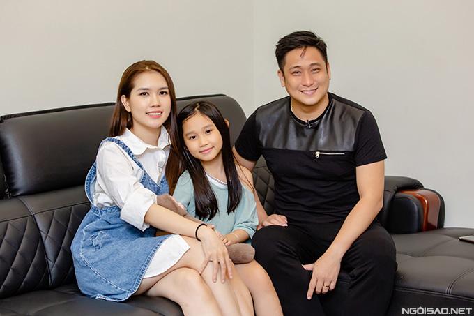 Vợ chồng Minh Tiệp và con gái Minh Thùy trong căn hộ của anh tại quận Cầu Giấy - Hà Nội.