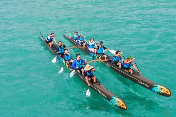 Tại bãi biển Kaiteriteri,Hoàng Bách và Tê Giác được gặp gỡ những hậu duệ của thổ dân Maori - những người chèo thuyền trên Thái Bình Dương trong suốt hàng nghìn năm. Họ đã hướng dẫn cho hai cho con nghệ sĩ cách chèo loại cano cổ có tên Waka.Trước