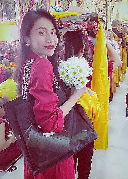 Cô gái nhỏ, mặc áo đỏ, cầm hoa trắng dâng Mandala cúng Phật. Nguyện con đời đời kiếp kiếp dù sinh ra bất cứ nơi đâu đều được trở thành con của ngài, ca sĩ Thủy Tiên chú thích về bức ảnh. Cô gọi đây là những ngày hạnh phúc của mình.