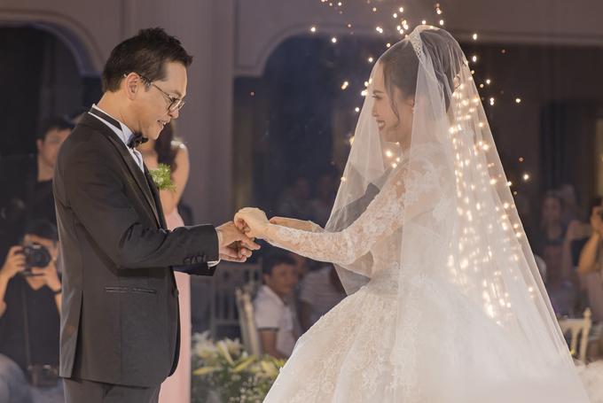 Đôi uyên ương cùng trao nhẫn cưới trước sự chứng kiến của gia đình, bạn bè.