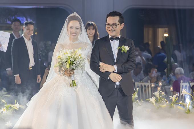 Bà xã Giám đốc Nhà hát Kịch Hà Nội sinh năm 1992, đang là nhân viên ngân hàng. Cả hai yêu nhau một thời gian dài nhưng giấu kín về mối quan hệ, chỉ khi sắp cưới mới hé lộ cho công chúng.