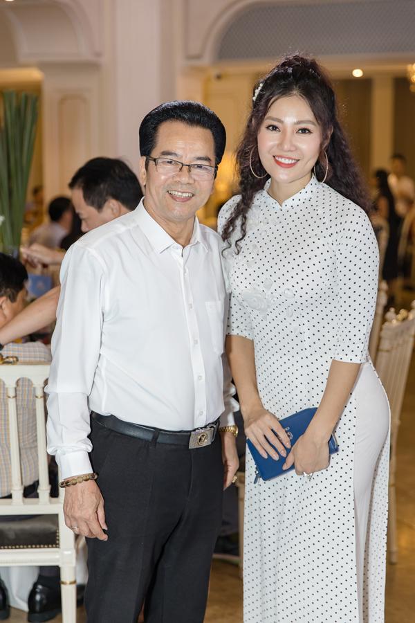 Nghệ sĩ Trần Nhượng cũng đến chia vui với đàn em.