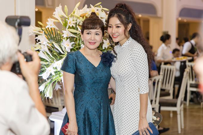 Nghệ sĩ Minh Hoà vui vẻ hội ngộ Thanh Hương của Quỳnh búp bê.