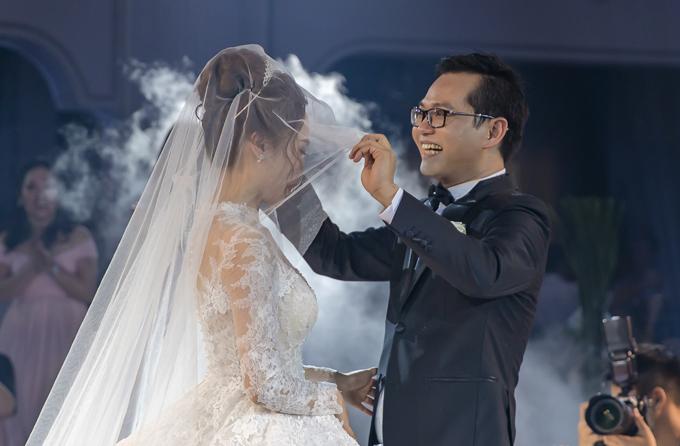 Anh háo hức nâng voan chùm đầu của cô dâu để trao nụ hôn ngọt ngào.