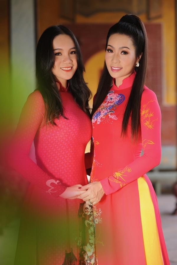 NSƯT Trịnh Kim Chi và con gái Khánh Ngân.