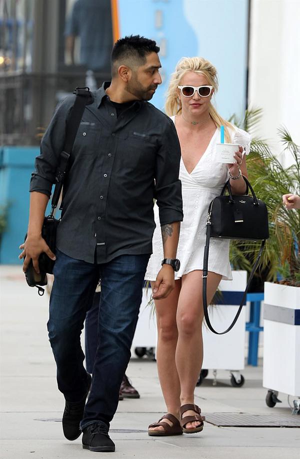 Britney Spears được vệ sĩ hộ tống tới quán sữa chua ở Santa Monica chiều 23/4.