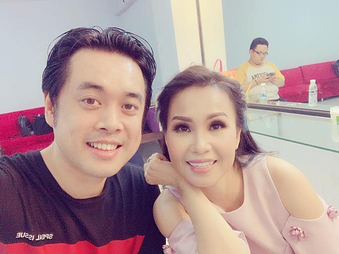 Nhạc sĩDương Khắc Linh pose hình bên đàn chịCẩm Ly.