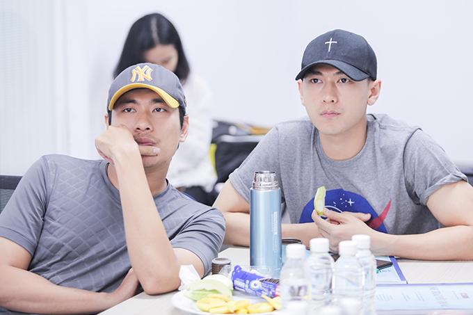 Kiều Minh Tuấn và Isaac trong một buổi họp đoàn phim.