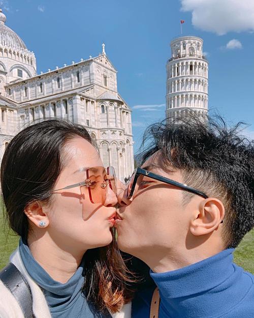 Vợ chồng Khánh Thi - Phan Hiển tình tứ trong chuyến du lịch Italy.