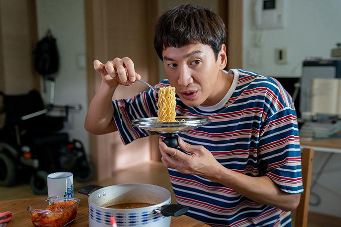 Lee Kwang Soo thể hiện vẻ khờ khạo trong phim.