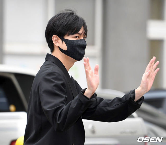 Sau gần 2 năm thực hiện nghĩa vụ quân sự, Lee Min Ho sáng 25/4 xuất ngũ. Tài tử xuất hiện sáng nay tại Trung tâm Phúc lợi Xã hội Suseo với thường phục, đeo khẩu trang. Đáp lại sự chào đón nhiệt tình của người hâm mộ, Lee Min Ho vẫy tay, cúi chào rất thân thiện.