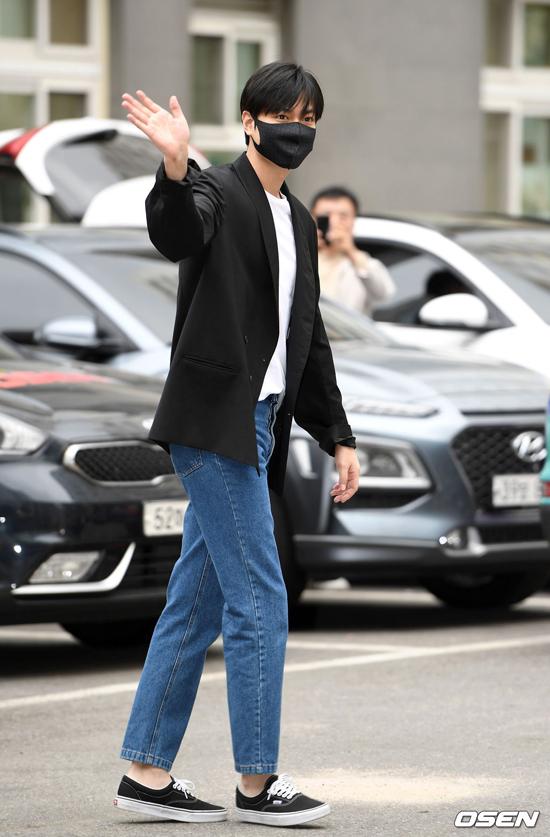Lê Min Ho nhập ngũ tháng 5/2017. VÌ tai nạn xe hơi gây ảnh hưởng sức khỏe, anh không gia nhập quân đội mà thực hiện nghĩa vụ với vai trò nhân viên dịch vụ xã hội. Giống như mọi thanh niên Hàn Quốc khác, anh trải qua 4 tuần đào tạo quân ngũ cơ bản vào tháng 3/2018.