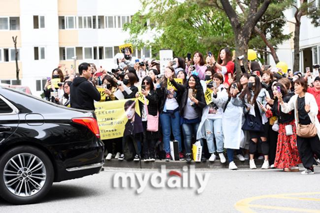 Rất nhiều fan đến đón Lee Min Ho, họ mang theo biểu ngữ, băng rôn, bóng bay in khẩu hiệu chào mừng hoành tráng. Phần lớn đám đông là các bà, các cô trung niên, trông ai nấy phấn chấn, hào hứng.