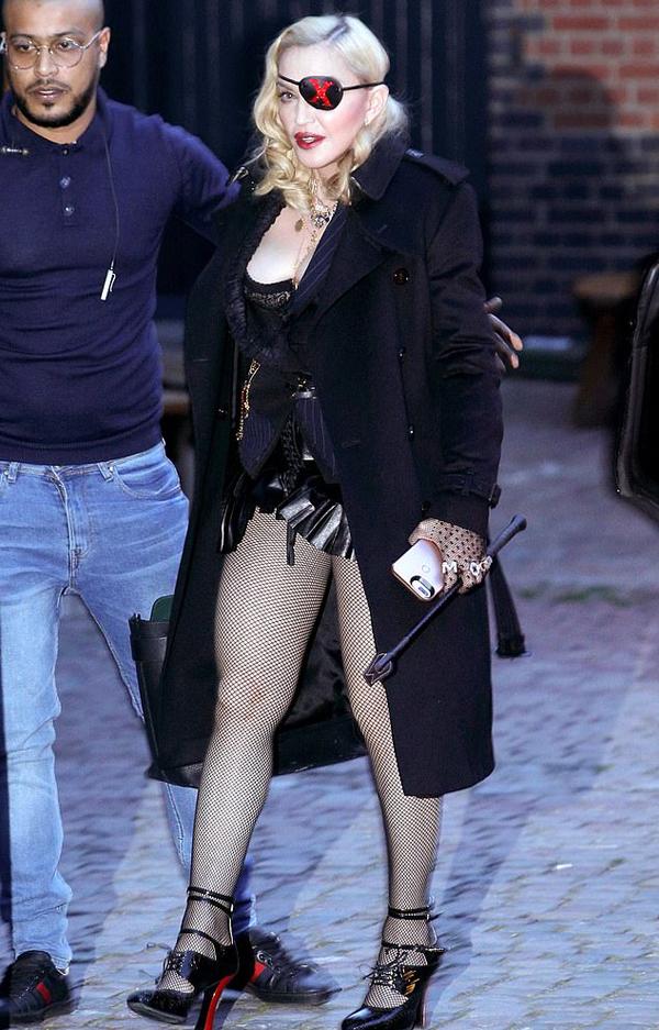 Cô chưng diện sexy và đeo phụ kiện giống phong cách của mình trong MV mới vừa trình làng mang tên Medellín. Trong video ca nhạc, Madonna hóa thân thành cô dâu nóng bỏng, quẩy hết mình với vũ điệu Cha-Cha.