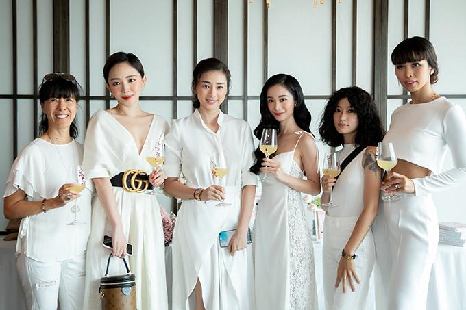 Dàn sao nữ cùng diện trang phục màu trắng.