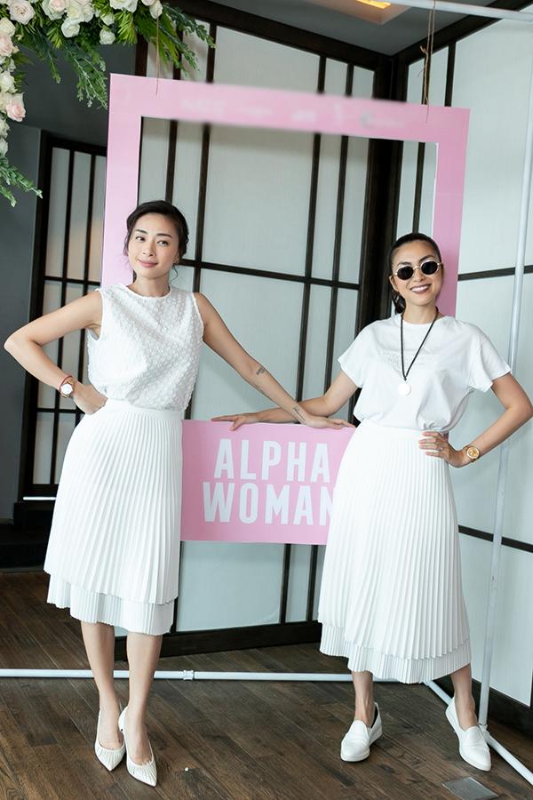 Hai nữ diễn viên tạo dáng vui vẻ với bìa sách Alpha Woman.