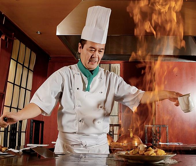 Vì sao đầu bếp thường phải đội mũ dù ở trong nhà - 2