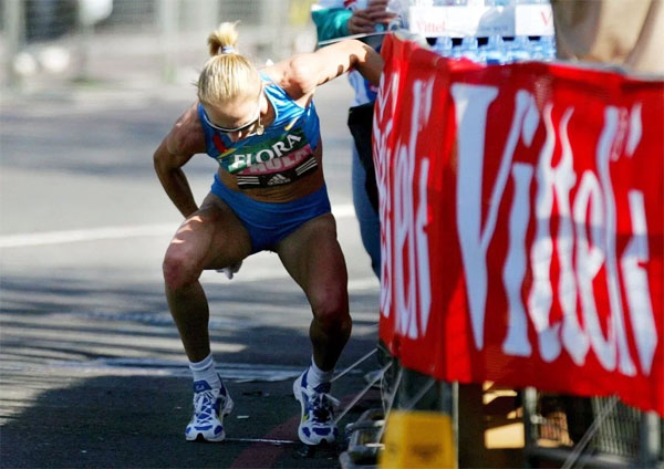 VĐV Paula Radcliffe bị đau bụng trong cuộc thi London Marathon 2005.