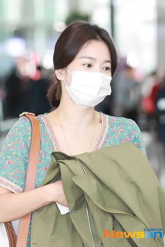 Song Hye Kyo để mặt mộc khi xuất hiện trước báo chí Hàn.