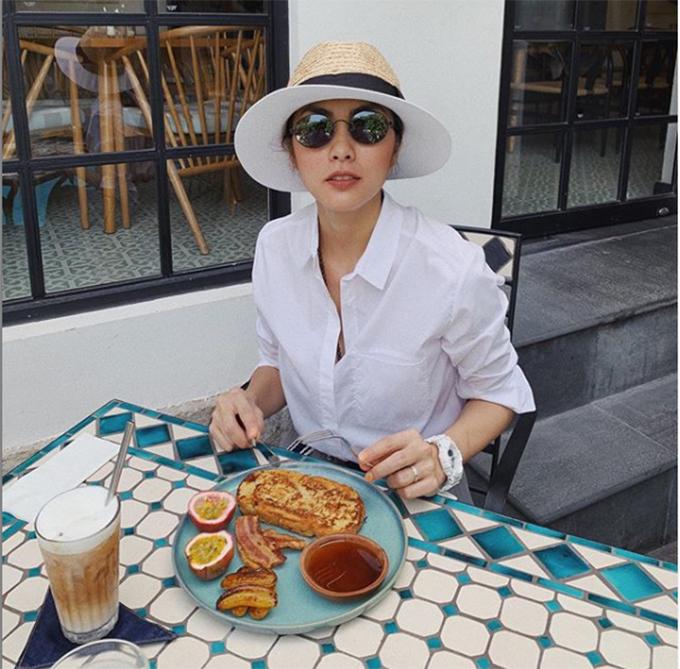Tăng Thanh Hà tranh thủ pose hình trước khi ăn.