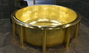 Bồn tắm bằng vàng 18k nặng nhất thế giới trong công viên ở Nhật Bản