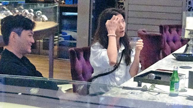 Trương Trí Lâm tháp tùng bà xã đi mua thuốc giảm cân - 2