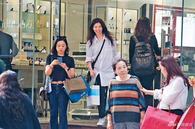 Cánh paparazzi ghi lại hình ảnh Trương Trí Lâm và bà xã Viên Vịnh Nghi đi mua sắm ở khu Causeway Bay, Hong Kong hôm giữa tuần vừa rồi. Trong khi Trí Lâm đứng chờ và tranh thủ ngắm nghía đồng hồ thời trang, Viên Vịnh Nghi vào một cửa hàng thực phẩm chức năng, sau đó xách ra một túi nilon to đựng các lọ thuốc giảm cân.