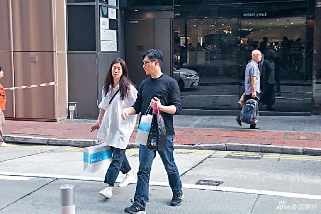 Sau khi tìm thấy chồng ở cửa hàng đồng hồ, Vịnh Nghi kéo anh về. Trương Trí Lâm đã kịp tậu một chiếc đồng hồ đính hạt kim cương, giá 6 chữ số.