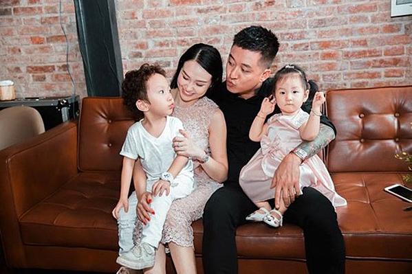Tuấn Hưng hạnh phúc bên vợ và hai con.
