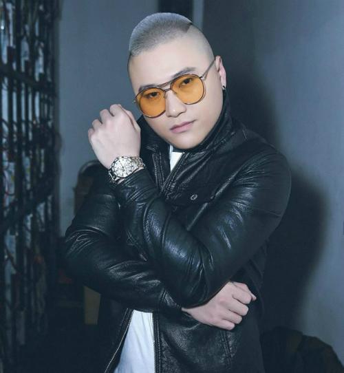 Ca sĩ Vũ Duy Khánh bức xúc khi cô gái chụp hình anh đang ngủ trên máy bay rồi đăng lên mạng xã hội chê bai.