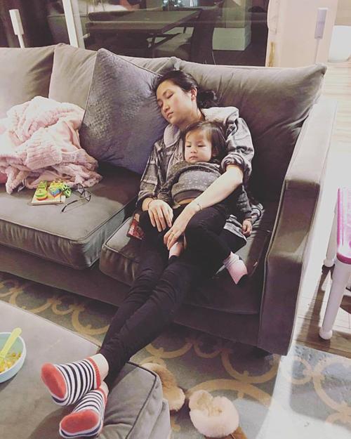 Yến Phương cho biết, đây là tấm ảnh ông xã chụp khi cô đang cho con ăn mà ngủ lúc nào không hay vì mệt.