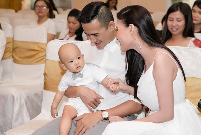 Gia đình nam diễn viên mặc ton-sur-ton trắng đồng điệu.