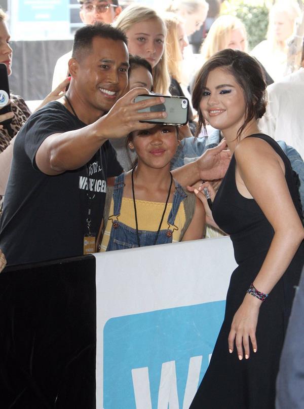 Cô vui vẻ chụp ảnh cùng fan.