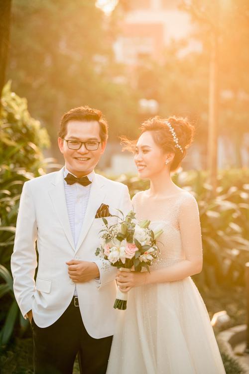 Ngày 24/4, người đẹp Thu Hà diện váy chữ A thanh lịch để đón khách trong tiệc cưới với NSND Trung Hiếu.