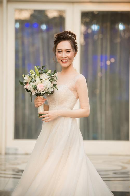 Váy chữ A có ưu điểm dễ dàng phù hợp với mọi dáng người, giúp cô dâu dễ dàng di chuyển vì độ xòe nhẹ.