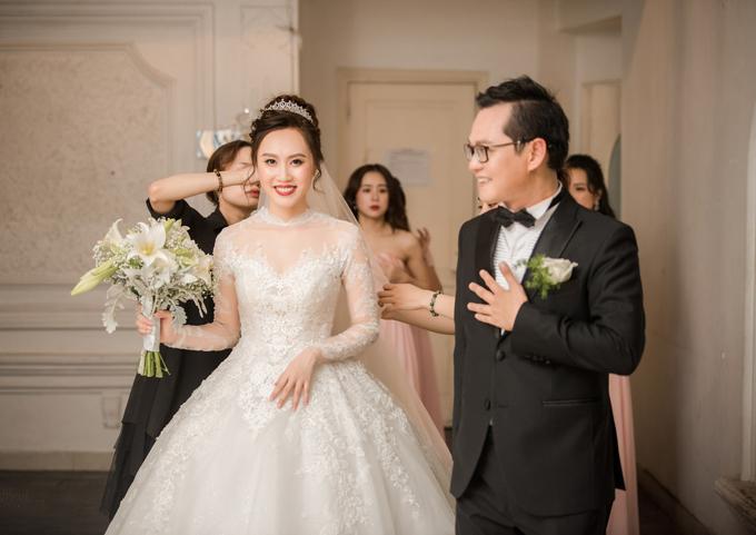 Váy để thực hiện nghi lễ cưới của cô dâu là bộ soiree mang hơi hướng cổ điển, lấy cảm hứng từ đầm cưới của Công nương Grace Kelly xứ Monaco cách đây 63 năm.