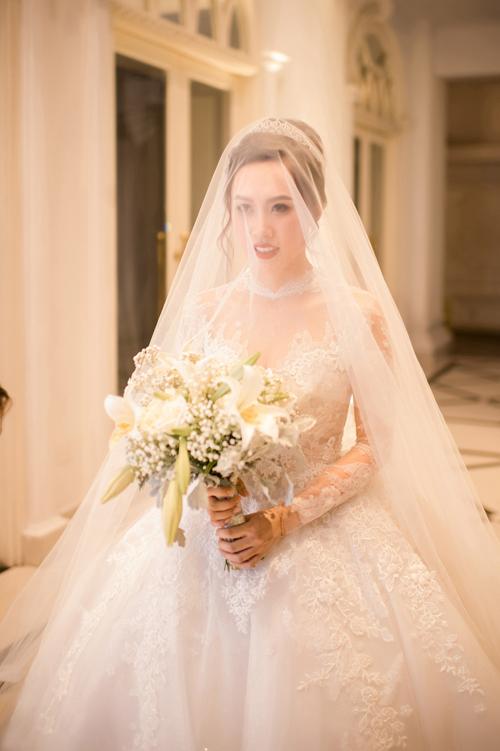 Họa tiết điểm xuyết dọc thân váy giúp cô dâu có được vẻ đẹp thanh thoát, nhẹ nhàng mà không kém phần yêu kiều.
