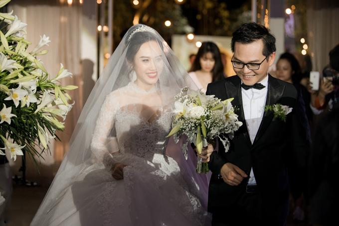 Mẫu đầm được diện kết hợp với vương miện, voan cưới dài.