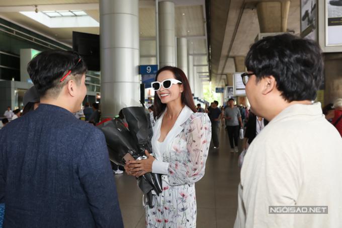 Thúy Hạnhtrò chuyện cùng những người bạn Hàn Quốc ở sân bay.