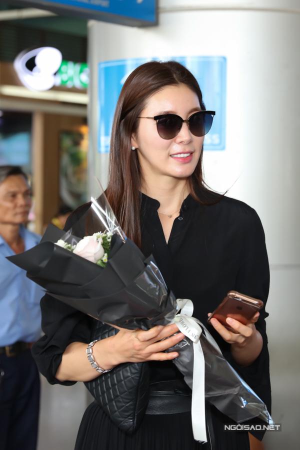 Diễn viên Ha Yeon Hwa mặc đơn giản, thanh lịch khi đến Việt Nam.