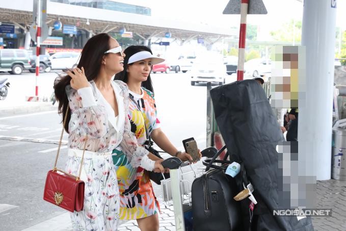 Thúy Hằng - chị song sinh của Thúy Hạnh cũng đáp chuyến bay từ Hà Nội vào Sài Gòn. Cô mặc trang phục đầy màu sắc, mang theo cả túi đựng dụng cụ chơi golf để sẵn sàng so tài cùng các nghệ sĩ khác.