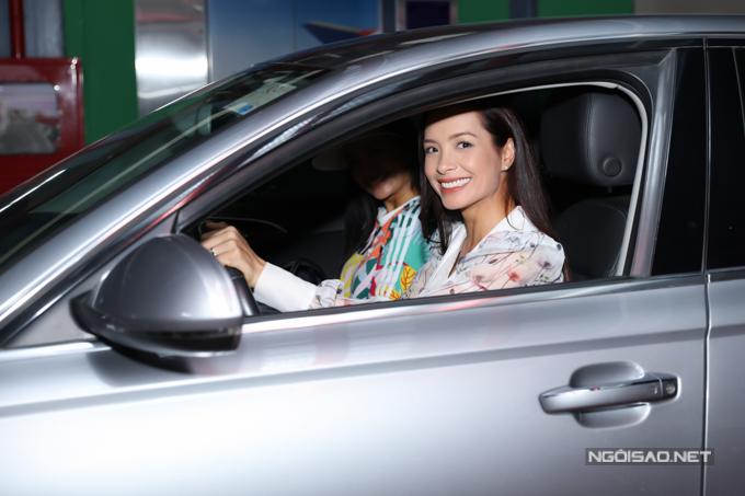 Sau khi tiễn các sao Hàn về khách sạn, Thúy Hạnh tự cầm lái xe riêng chở chị gái về nhà cô nghỉ ngơi.