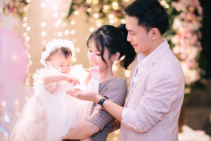 Cặp đôi hạnh phúc khi nhìn thấy con gái ngày càng cứng cáp, ngoan ngoãn.