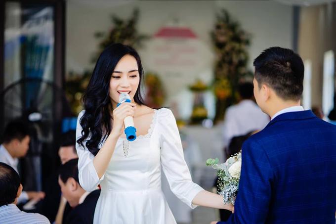 Á quân X-Factor đã bí mật đính hôn vào ngày 20/4 với bạn trai sau 4 năm hẹn hò. Cô giấu mặt ông xã bởi anh không thích ồn ào trên truyền thông.