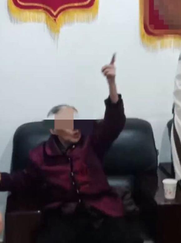 Cụ bà 90 tuổi sau khi được giải cứu vì trèo ra ngoài chung cư ở thành phố Thành Đô, tỉnh Tứ Xuyên, Trung Quốc hôm 25/4. Ảnh: Asiawire.