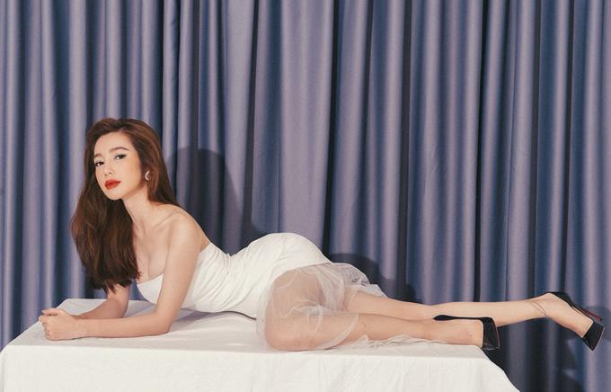 Diện bộ váy tôn vòng một, nữ diễn viên Khát vọng thượng lưu trèo hẳn lên bàn ăn tạo dáng. Bộ ảnh do chuyên gia trang điểm Hiwon hỗ trợ thực hiện.