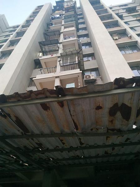 Khu nhànơi Hetal bị rơi từ tầng 12 xuống. Ảnh: SWNS.
