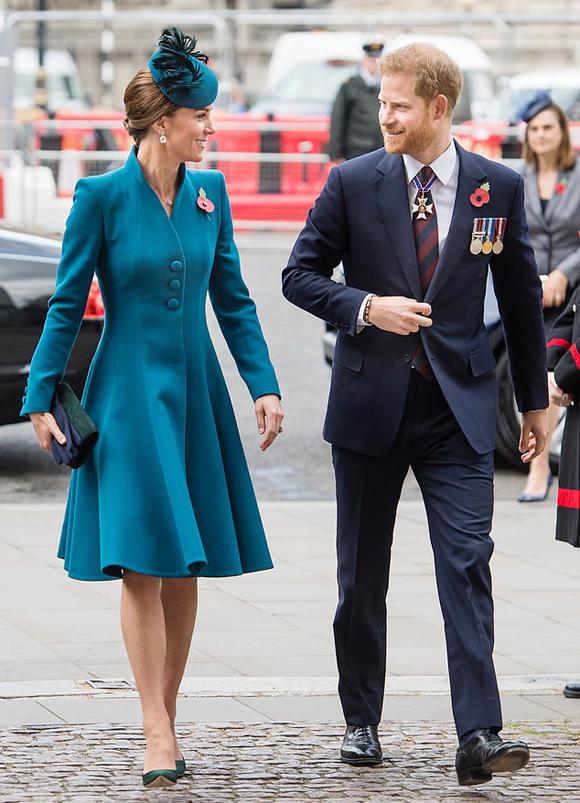 Nữ công tước xứ Cambridge và Công tước xứ Sussex đến Tu viện Westminster trưa 25/4. Ảnh: WireImage.