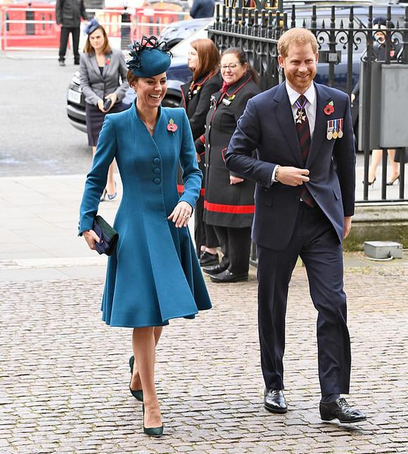 Kate và Harry vừa đi vừa cười đùa khi đến Tu viện Westminster trưa 25/4. Ảnh: Splashnews.