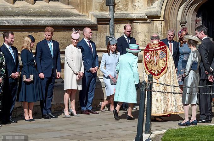 Hoàng tử Harry đứng xa cách và không nói chuyện với anh trai William khi dự lễ Phục sinh ở nhà thờ Windsor cùng Nữ hoàng hôm 21/4. Ảnh: Reuters.